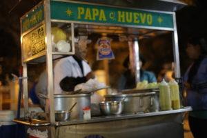 streetfood_lima_peru_touren_aktivita%cc%88ten_rundreise_su%cc%88damerika_hauptstadt_perus_malecon_citytour