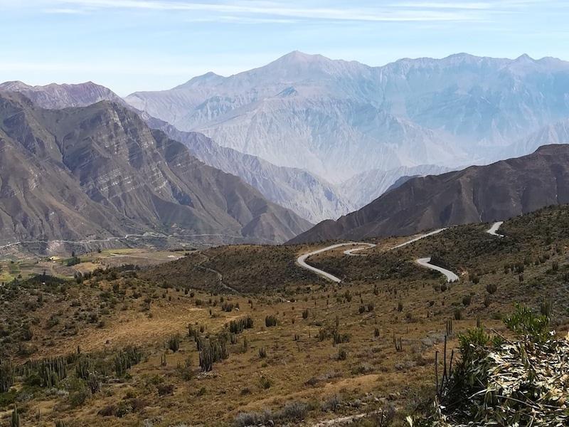Kurvige Straßen in den peruanischen Anden